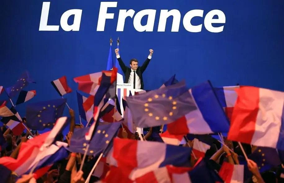 Le candidat centriste Emmanuel Macron est sorti gagnant du premier tour de la présidentielle française, dimanche. «On tourne une page de la politique française», a déclaré M. Macron en soirée.