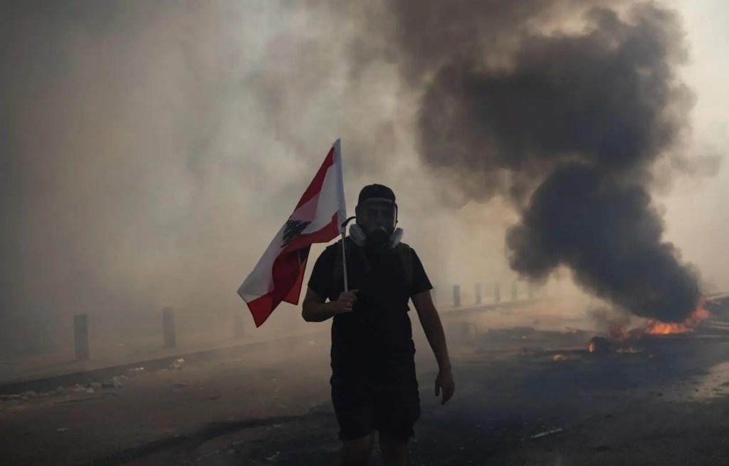 Des manifestants en colère occupent brièvement des ministères