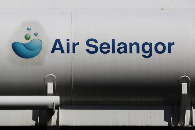 Air Selangor said it has also arranged for 94 water tankers to deliver treated water to areas in critical need of water. — Picture by Yusof Mat Isa