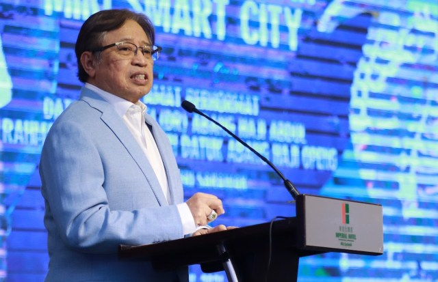 Sarawak Chief Minister Datuk Patinggi Abang Johari Openg confirmed the 14-day quarantine is still in effect for now. — Picturecourtesy of Sarawak Public Communications Unit (Ukas)