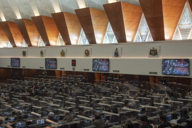 The anti-party hopping bill, Undi18 laws, and the amendments to the constitution to limit the term of the prime minister to 10 years must all be done by the end of the fifth parliamentary session (2022). — Bernama pic