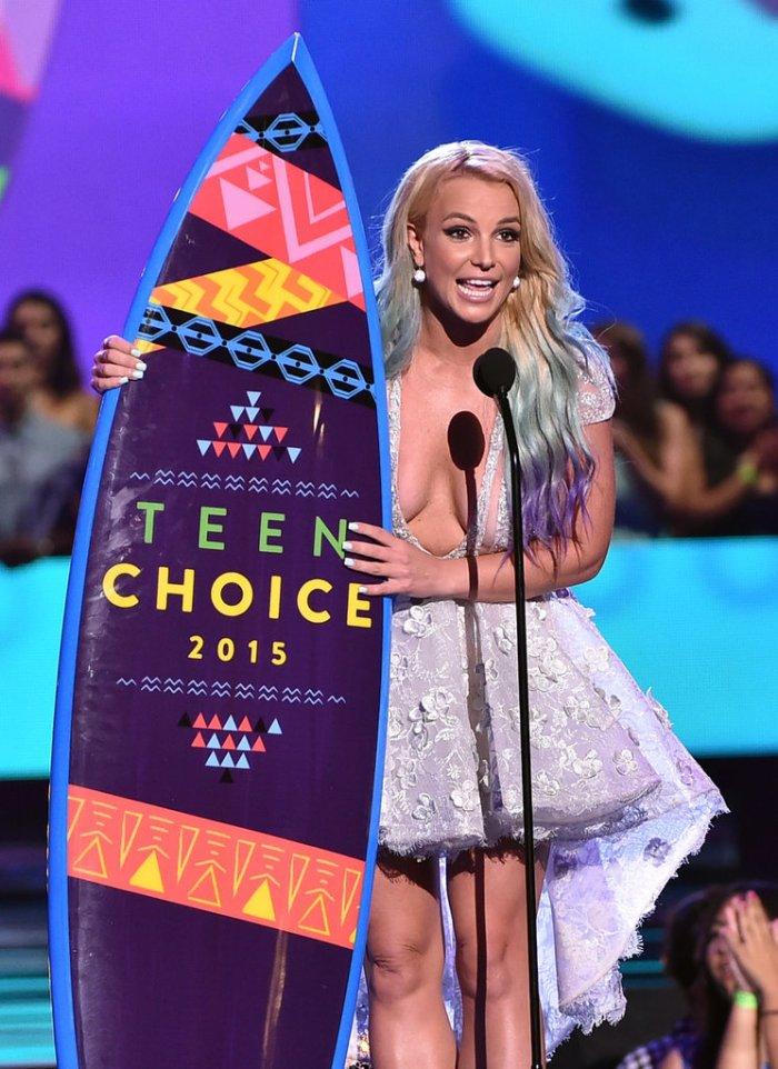 Foto Britney Spears Umbar Payudara Tanpa Bra Di Teen Choice Awards