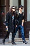 Phoebe Tonkin e Paul Wesley si tengono per mano durante la passeggiata di pomeriggio
