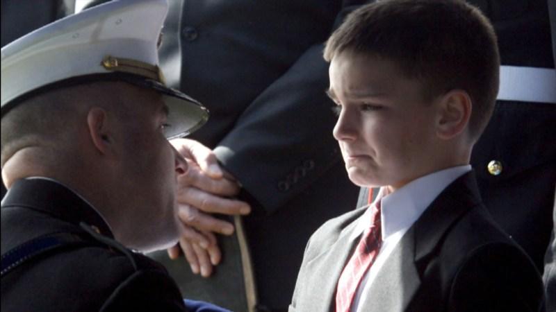 Resultado de imagem para daughter cries funeral american soldier