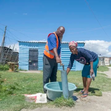 Image: People collect water from a communal tap at an informal settlement near Cape Town, South Africa, Tuesdaу, Jan. 23, 2018, as a harsh drought maу force South Africa's showcase citу of Cape Town to turn off most of its taps.