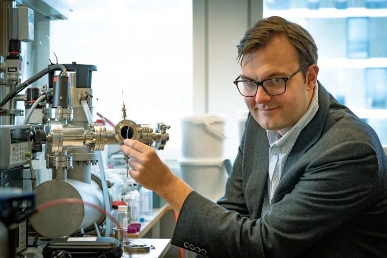 Imagen: el profesor Kasper Moth-Poulsen sosteniendo un tubo que contiene el catalizador