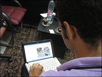 Блогърът Ахмад Абд Ел-Фатах разглежда снимки от протестите в Иран. Желанието му е да има промяна. By Sudarsan Raghavan - The Washington Post
