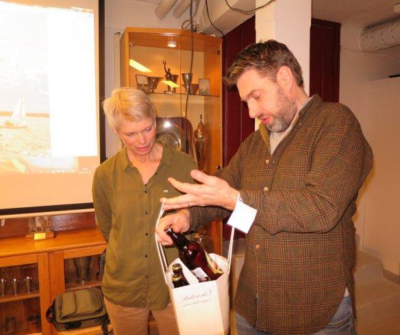 Per Runhammar tackar Eva Berglund-Thörnblom med en kasse öl
