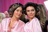 Gigi e Kendall portano il loro stato di BFF al CONTRO la sfilata di moda
