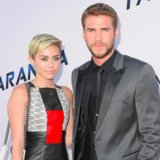 Indietro sopra? Anelli di Miley Cyrus durante il nuovo anno con Liam Hemsworth