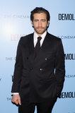 Jake Gyllenhaal colpisce il tappeto rosso con il suoi stropiccio sexy e blu di bambino penetranti