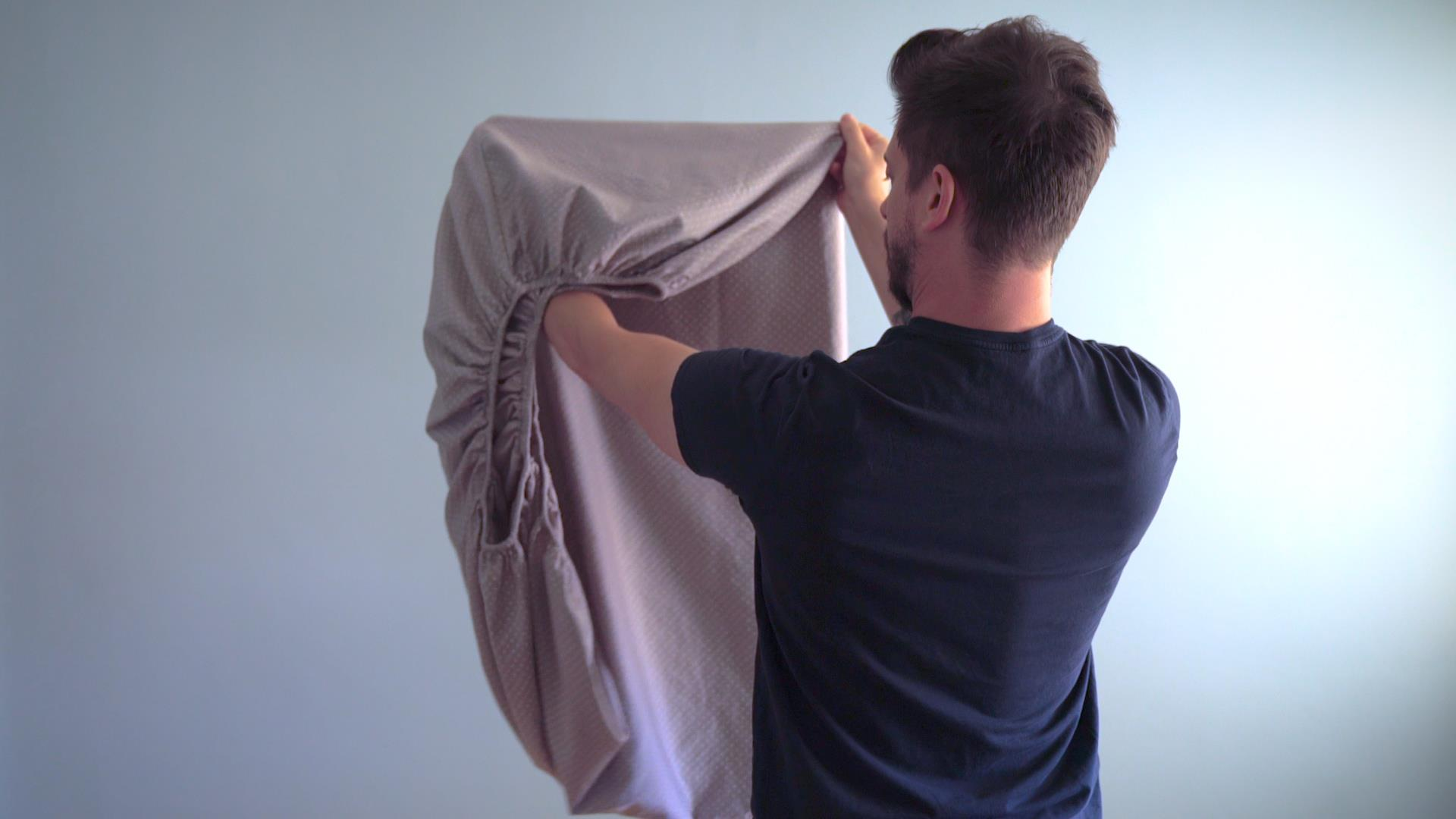 Yes  you CAN fold a fitted sheet neatly