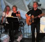 Trubaduren Micke Möller hade bl.a. musikfrågesport. Här framför Lena Cederblad och Ingrid Mellbin ett vinnande bidrag.