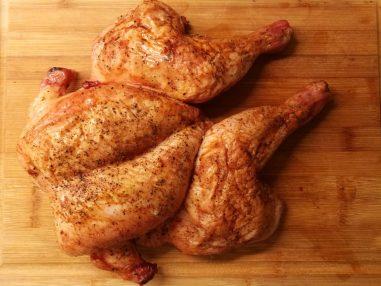 Kyllingen er klar til å deles opp