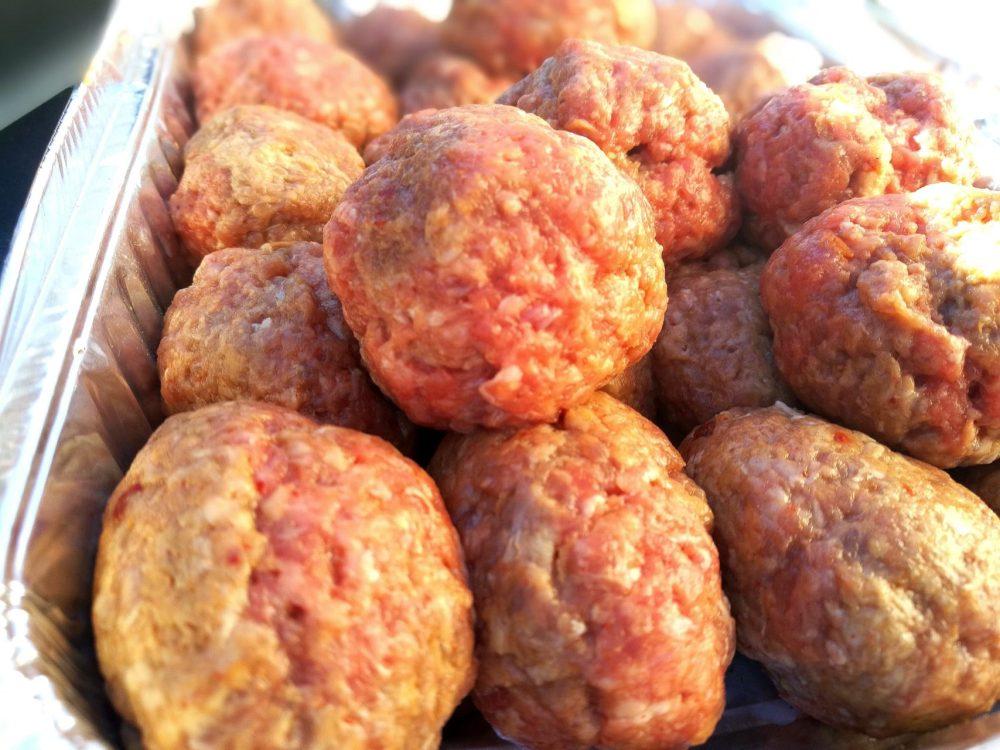 Lag kjøttboller i passe størrelse og legg dem på et fat eller lignende