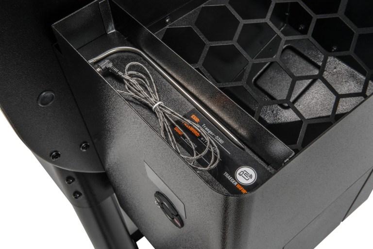 Ironwood 855 kommer med eget kjøttermometer, som også har egen oppebaringsplass i pelletskammeret