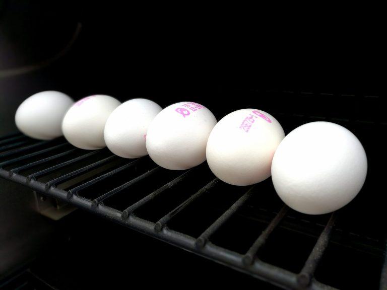 Legg eggene på indirekte varme på grillen i en time på 130 grader