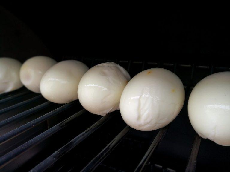 Legg de skrellede eggene tilbake på grillen og gi dem litt røyk