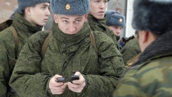 Военные с мобильниками