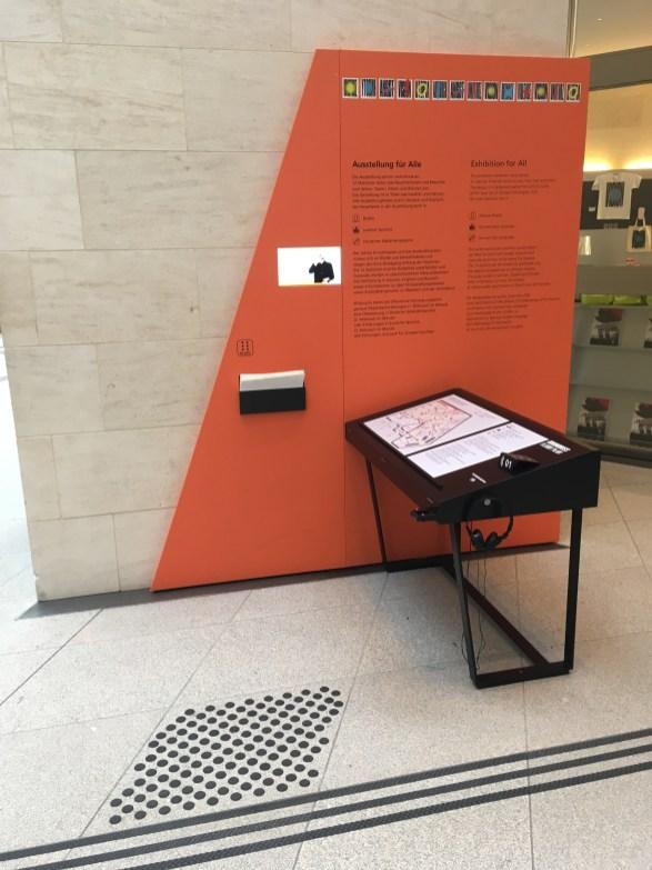 """Am Eingangsbereich zur Sonderausstellung """"1917. Revolution. Russland und Europa"""" mit Textinformationen in deutscher, englischer und leichter Sprache, in Braille sowie auch ein Video in Deutscher Gebärdensprache."""