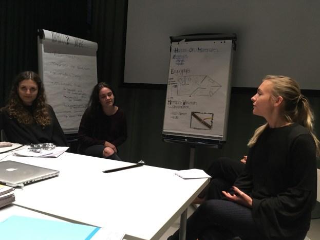 """Studierende bei der Präsentation der Gruppenarbeit """"Hand-On-Materialien"""""""
