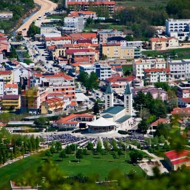 https://upload.wikimedia.org/wikipedia/commons/thumb/2/20/Me%C4%91ugorje%2C_Bosnia_and_Herzegovina_Apr-26-2012_173_%287155876644%29.jpg/1200px-Me%C4%91ugorje%2C_Bosnia_and_Herzegovina_Apr-26-2012_173_%287155876644%29.jpg
