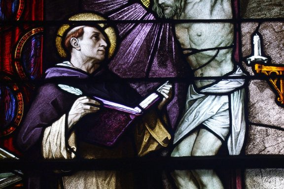 https://upload.wikimedia.org/wikipedia/commons/b/bb/Saint_Patrick_Church_%28Columbus%2C_Ohio%29_-_stained_glass%2C_St._Thomas_Aquinas%2C_detail.jpg