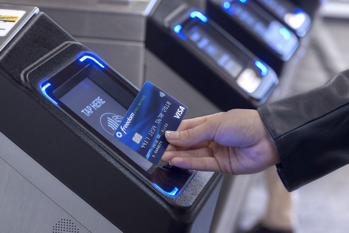 Person using a Chase contactless card