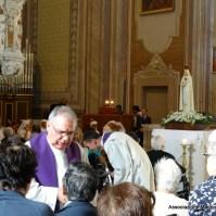 30-33-Le confessioni e l unzione degli infermi furono uno dei punti forti della missione -010
