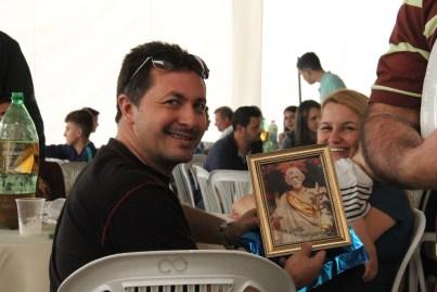 Pai mostrando lembrança do dia