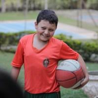 Criança contente com bola de basquete