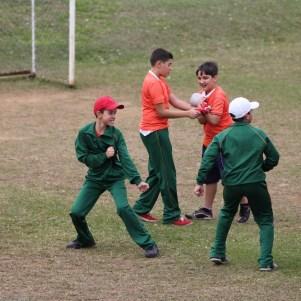 Crianças simulando luta jocosamente