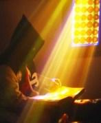 arauto lendo sob a luz do vitral