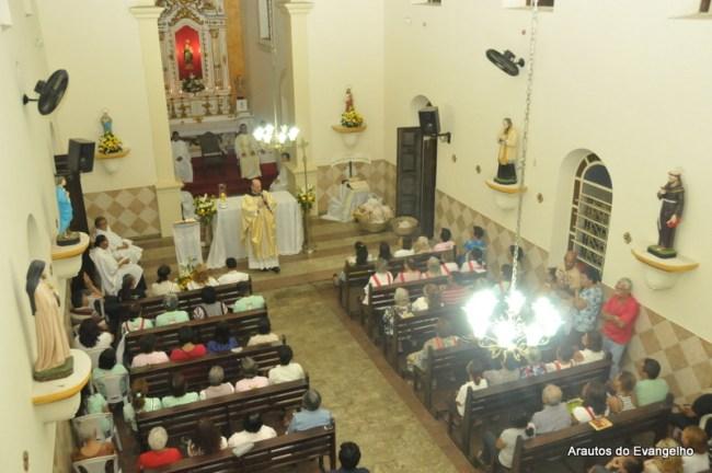 Pe. Célio Casale celebra Missa na Semana Eucarística da Paróquia Santo Antônio, em Recife