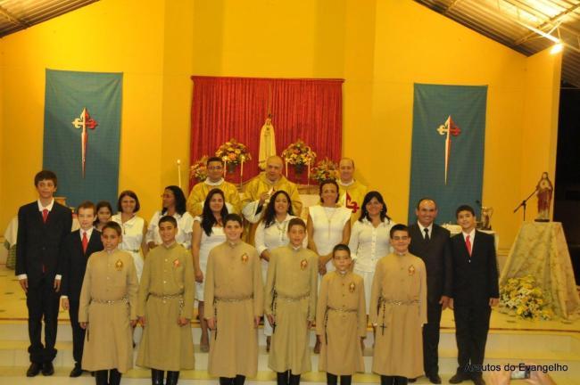 Mons. Lino Rodrigues Duarte crisma jovens e adultos na sede dos Arautos do Evangelho em Recife
