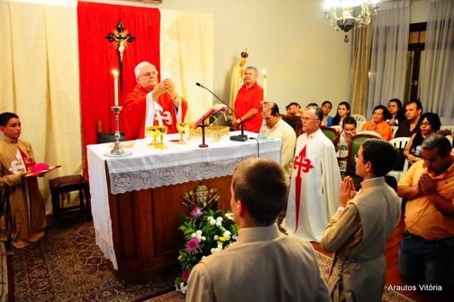 Dom Luiz Mancilha Vilela celebrando a Eucaristia na casa dos Arautos em Vitória