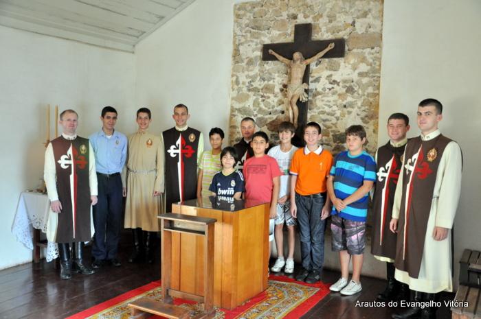 Padre Santiago Canals com os arautos de Vitória no Santuário de Anchieta
