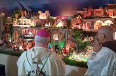 Dom Luiz Mancilha, Arcebispo Metropolitano de Vitória abençoa  o Presépio