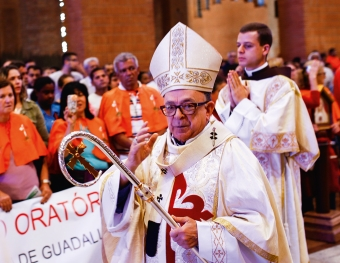 Cardeal Raymundo Damasceno  abençoa participantes da Peregrinação do Oratório