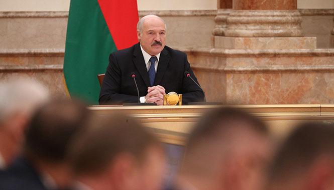 Лукашенко потребовал объединить крестьян и заставить их работать