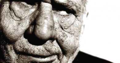 Photo de vieil homme peu engageant en noir et blanc - mediaculture.fr