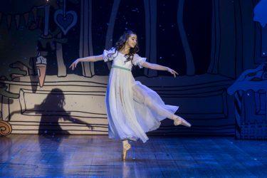 Miranda Fält Benramdane som Clara i Nötknäpparen