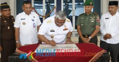 Ali Mazi menandatangani prasasti gedung baru BKD Sultra. (Foto : Kuming Biro Kerjasama dan Komunikasi Publik Setda Sultra for mediakendari.com)