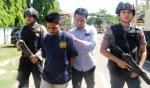 FD yang diringkus tim unit Reserse Kriminal Polsek Kokalukuna saat digiring ke Mako Polres Baubau. Foto: Adhil/Mediakendari.com