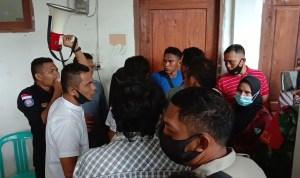Suasana saat demonstran hendak menyegel Kantor Desa Rante Gola, Rabu 17 Februari 2021 pekan lalu. Foto: La Ode Adnan Irham