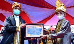 Wali Kota Baubau, Dr AS Tamrin (Kanan) saat menunjukan penghargaan yang diraih Pemkot dari BKKBN RI. Foto : Dokumentasi Dinas Kominfo Baubau.