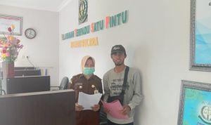 Ketgam: Tampak Ketua 1 FRAKSI Sultra, Rahmat Kobenteno saat melapor ke Kejati Sultra (Foto: Ist)