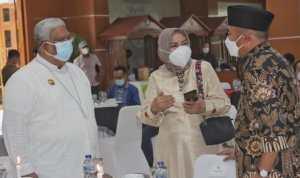 Tampak Gubernur Sultra H Ali Mazi SH sedang bercakap-cakap dengan Menko PMK Muhadjir Effendy di rujab gubernur Sultra, Jumat 22 Oktober 2021. foto Sardin