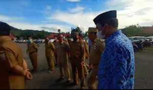 Tampak Bupati Konut, H Ruksamin saat mengejar ASN yang tidak menggunakan masker (Foto: Ist)