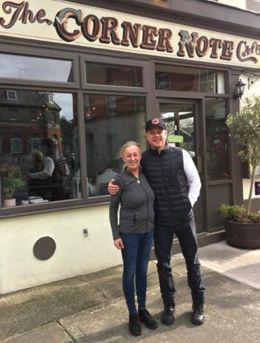 Мэтт Деймон изолировался от COVID-19 в ирландском городке. И люди смеются, ведь деревенский стиль актёра – мем